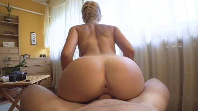 Блондинка показала попку на диване