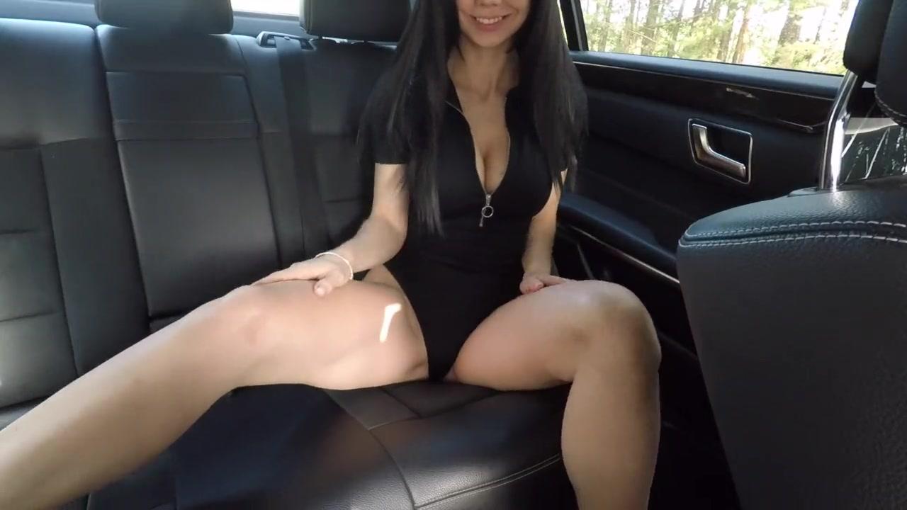 Похотливая брюнетка в авто ласкает бритую киску пальцами